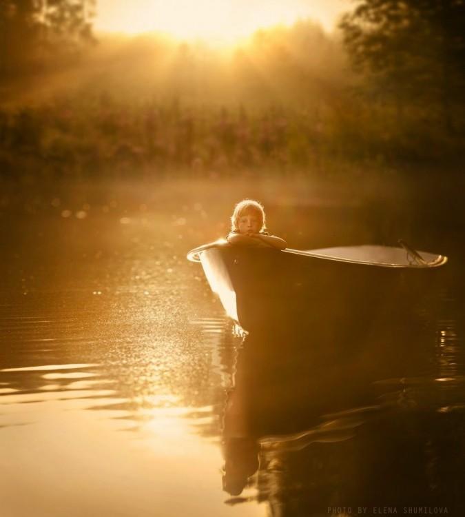 niño en el lago adentro de bote
