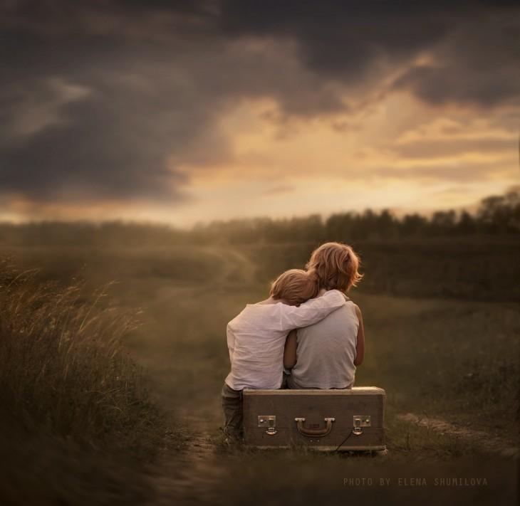 2 niño abrazados en el campo