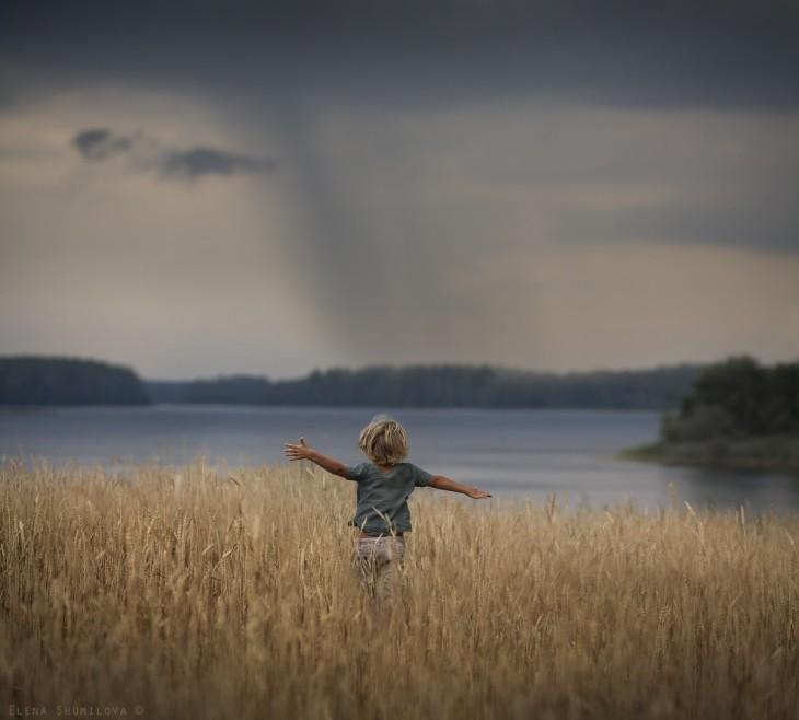 niño en el campo corriendo