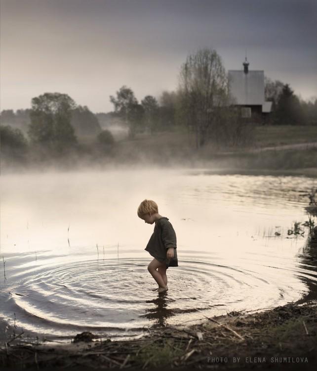 niño en el agua caminado