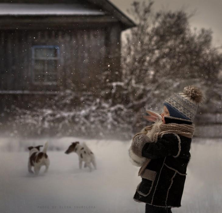 niño con perros jugando