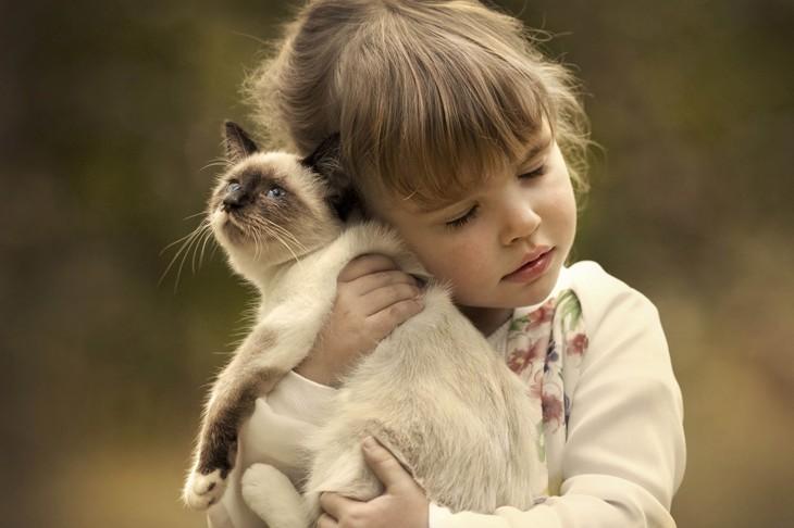 niña abrazando a su gato