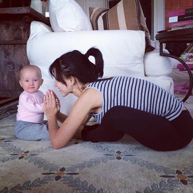 mama enseñando a bebé a con las manos juntas