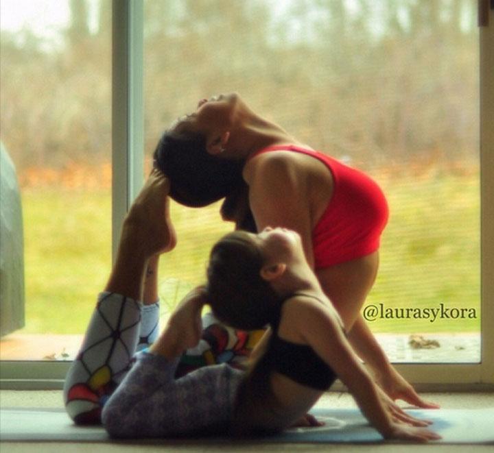 niña y mama haciendo yoga tocandose la cabeza con los pies