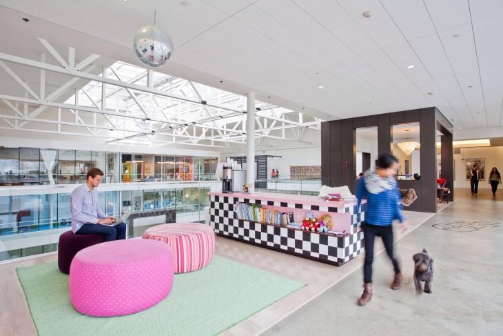 oficina con muebles de colores