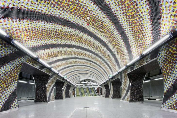 estacion del metro con imaenes en forma de espiral