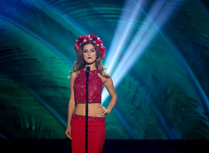 corona de flores con una falda sencilla de color rojo