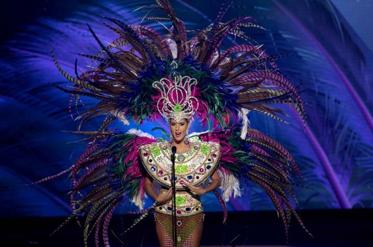 vestido tipico hecho de muchas plumas de colores