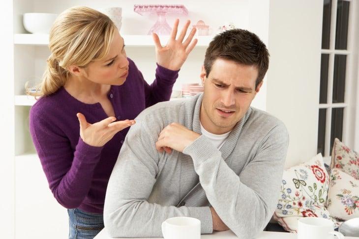 mujer de sueter morado enojada con su pareja