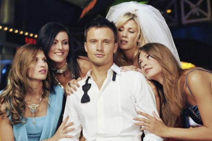 hombre con cuatro mujeres a su lado