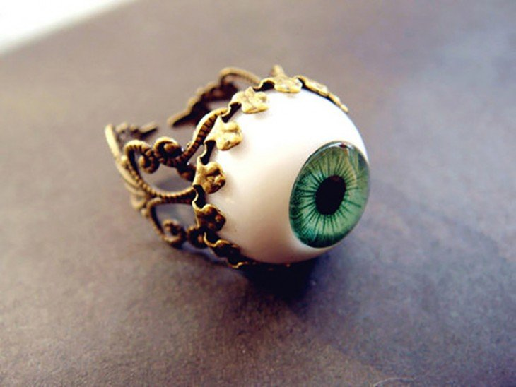 anillo en forma de un ojo