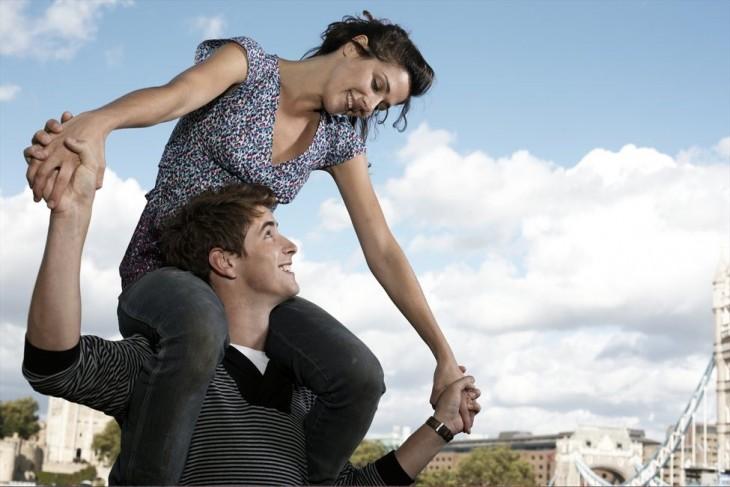 pareja feliz que esta divirtiendose