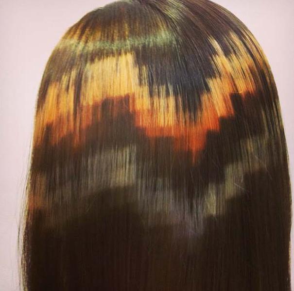 mujer de cabello castaño con pixeleado en color amarillo y naranja