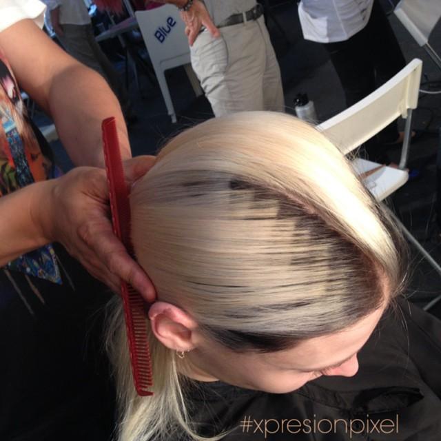 cabellera dora con pixeleado en color cafe en el lado derecho en la parte de arriba