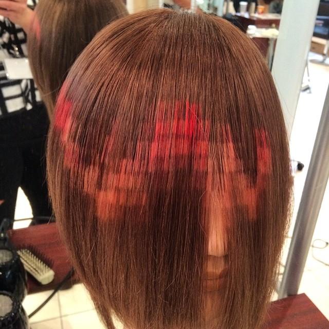 melena color castaña con un pixealeado de color rojo