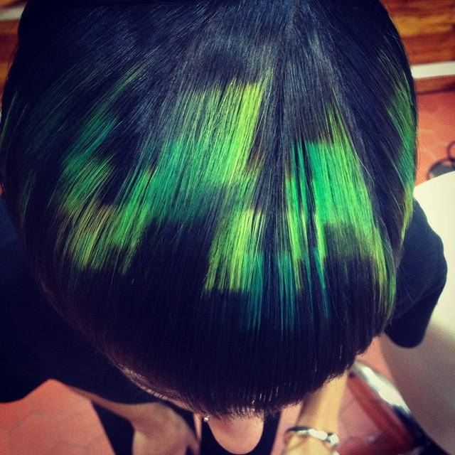 cabello negro con pixeleado en la parte superiro de color verde