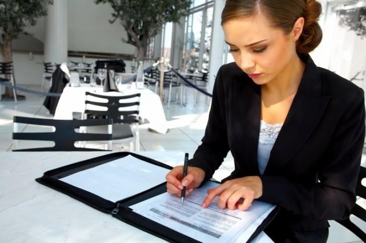 mujer planeando su trabajo de oficina