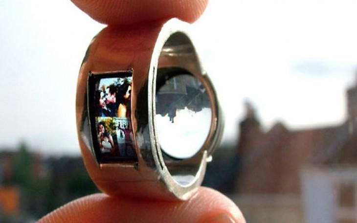 anillo que sirve de proyector de fotos