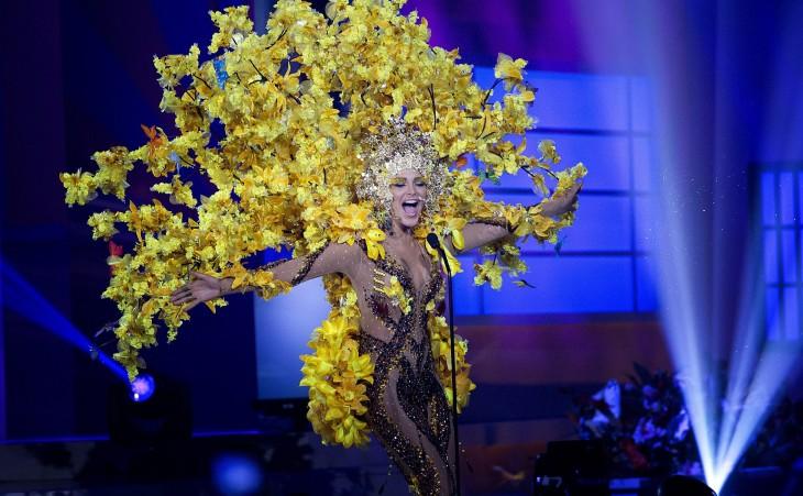traje tipico con muchas flores de color amarillo