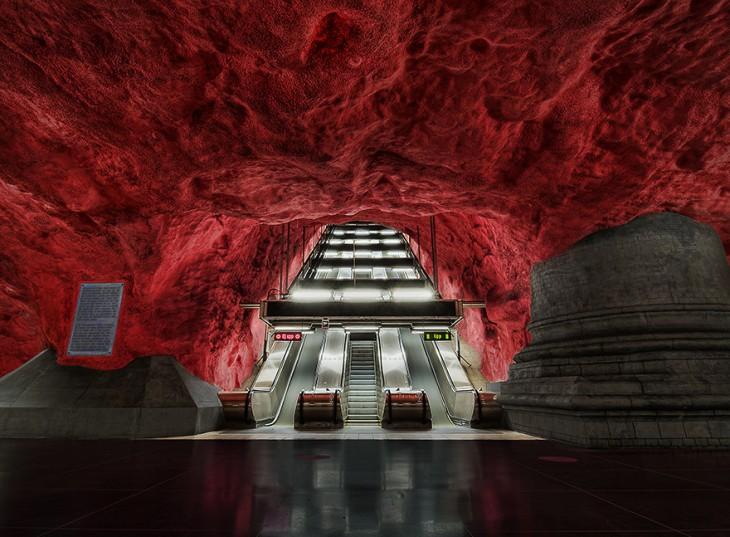 techo de color rojo y con grandes escalesras