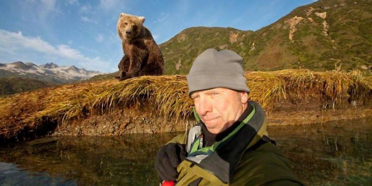 selfie con un oso en el rio
