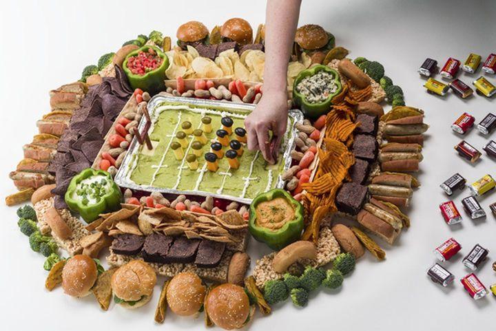 estadio de futbol hecho de varios alimentos y los jugadores son aceitunas