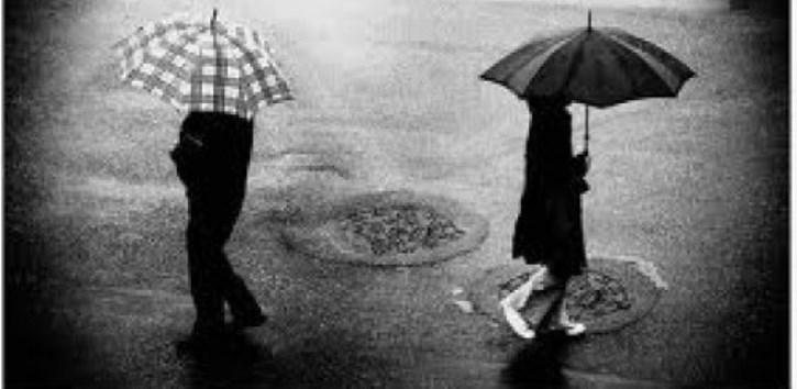novios que toman cada uno su camino en medio de la lluvia