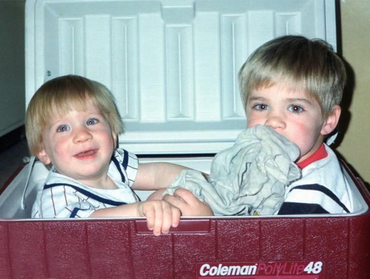 dos niños dentro de una hielera en donde estan jugando