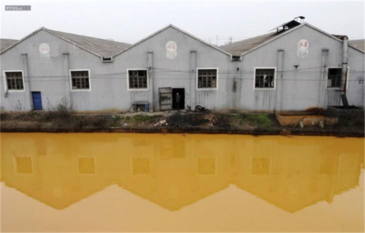Río fuertemente contaminado en Jiaxing. Zhejiang