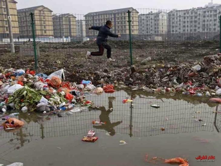 Chico saltando sobre un basural, Jiaxing