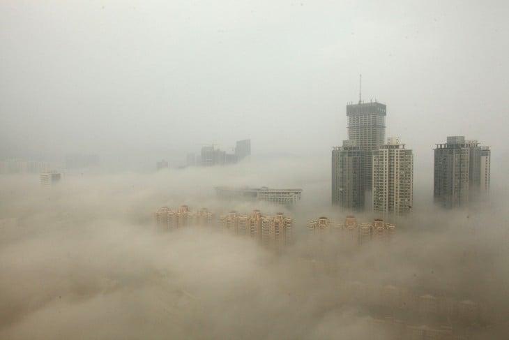 Edificios cubiertos por smog en Lianyungang China