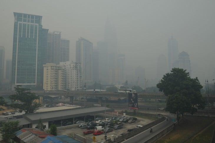 Edificios en Beijing, rodeados de humo