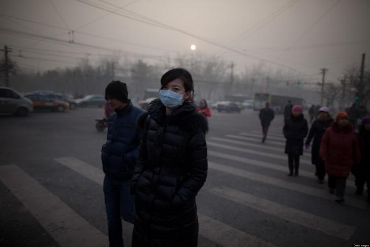 CHINA-Chica camina con un barbijo por las calles de Beijin, donde la polución es 40 veces mayor a los estándares internacionales de seguridad-POLLUTION