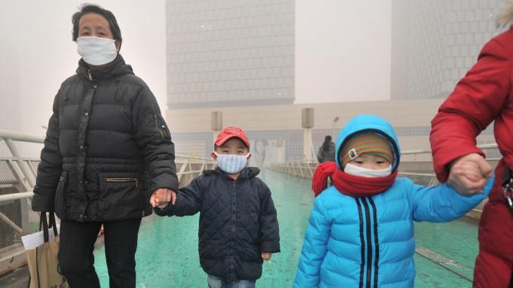 niños con barbijo caminana por calles Chinas
