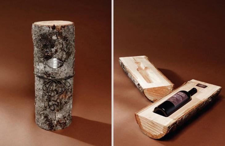 Botella de vino en un tronco de madera
