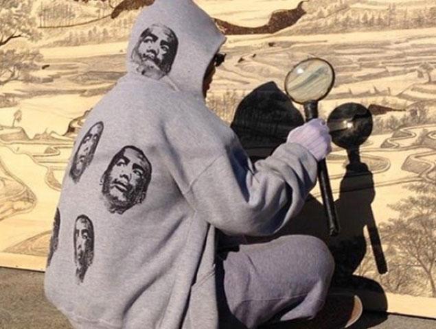 Jordan Mang-osan pintado con lupa su cuadro