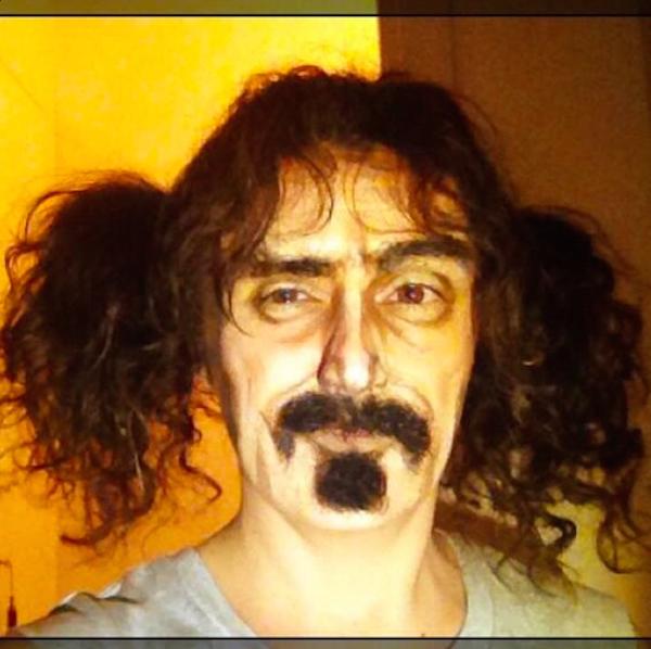 Lucía Pitallis como Frank Zappa