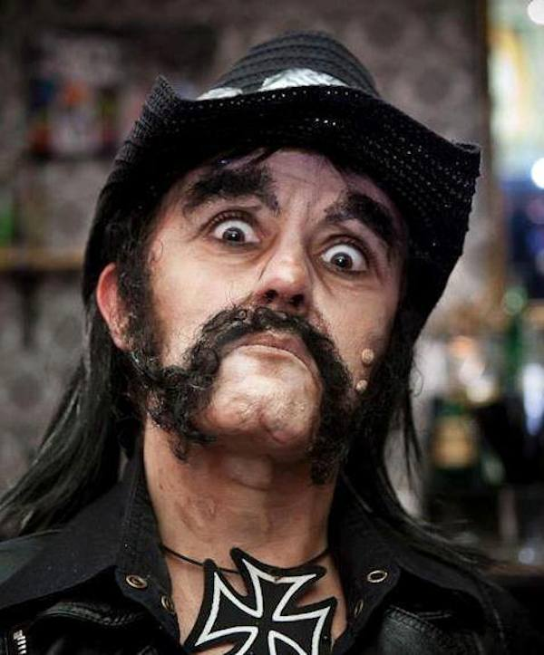 Lucía Pitallis como Lemmy Kilmister de Motörhead