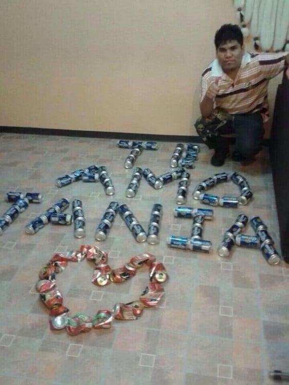 Letrero de amor formado con latas de cerveza