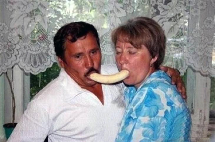 señores compartiendo un plátano