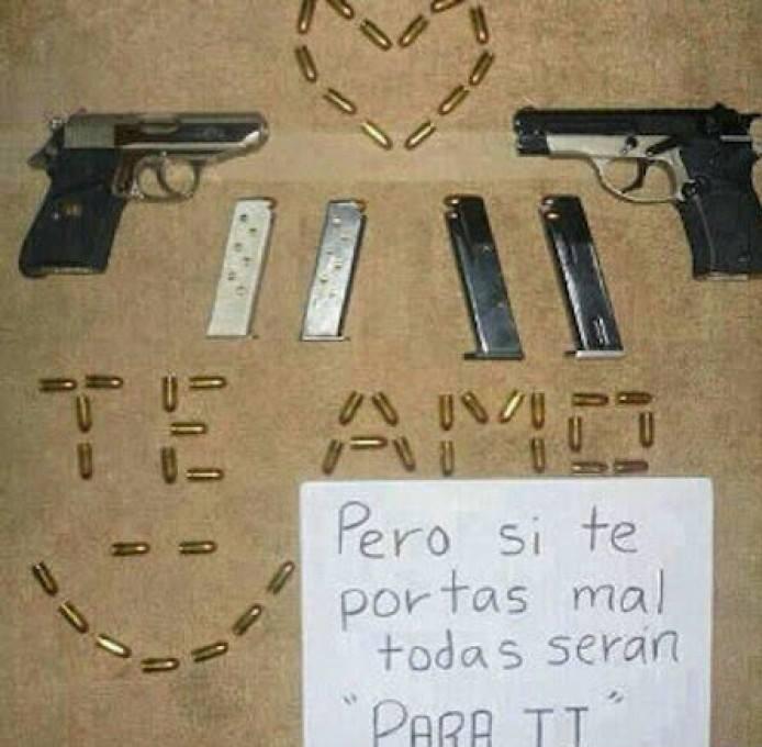 Letrero de amor hecho con balas y pistolas