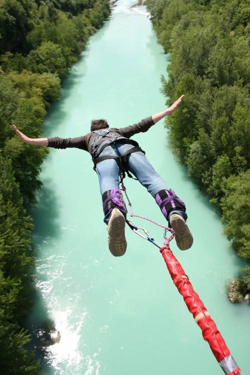 Hombre saltando de un bungee