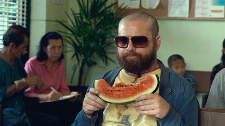 Alan comiendo sandía en la película ¿Qué paso ayer? 2