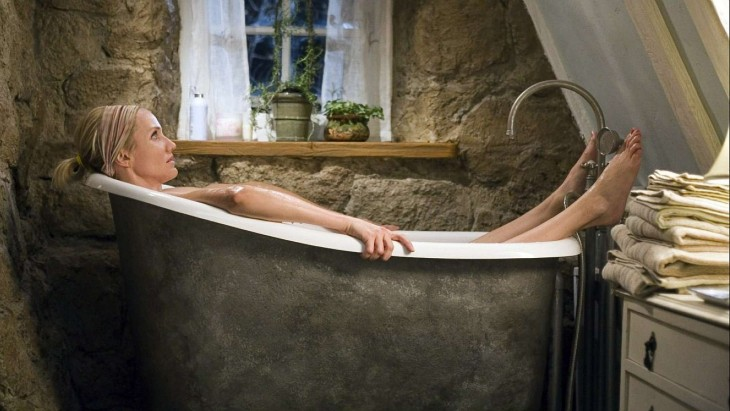 Mujer descansando en una tina de baño