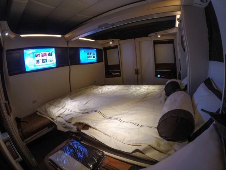cama con tv de primera clase