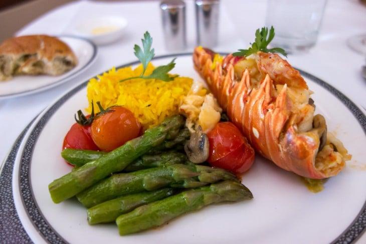 plato de langosta con vegetales