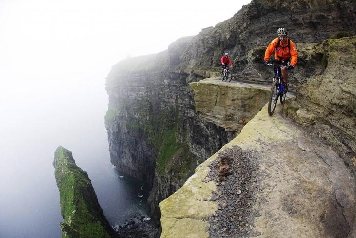 andando en bicicleta  en un risco
