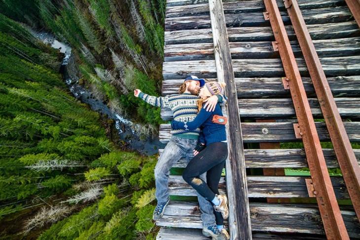 pareja acostada en las vias del tren