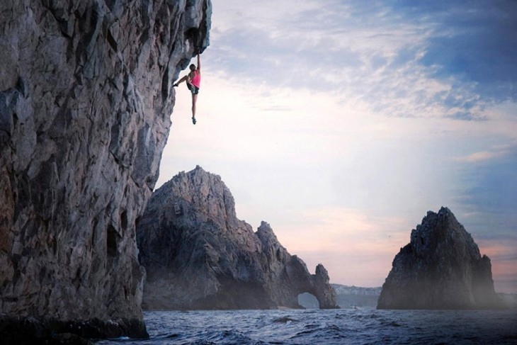 escalador  escalando risco en la playa