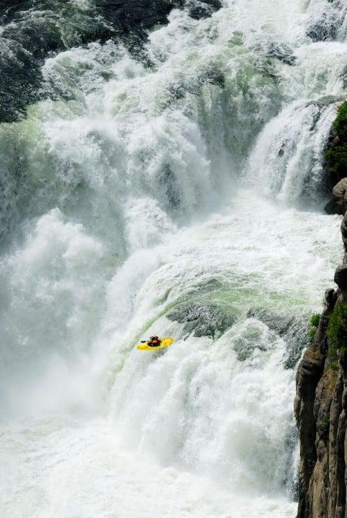 kayak cayendo desde una catarata